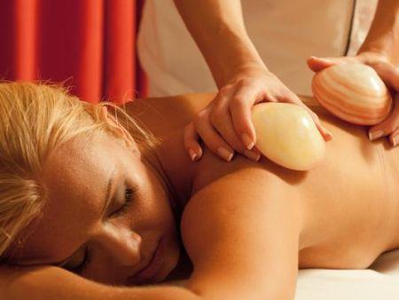 Körpermassage mit warmen Muscheln